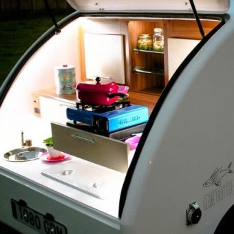 minicaravana RV Globetrotter darrera