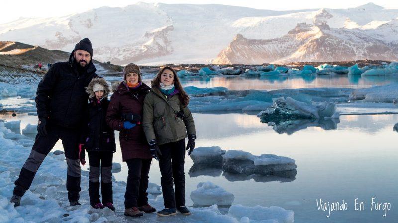 La família Viajando en Furgo en Islandia