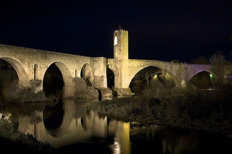 Puente de Besalú iluminado de noche